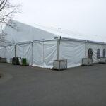 Zelt mit Wassertanks beschwert